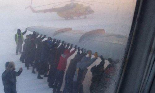 Пассажиры толкают самолет Игарке