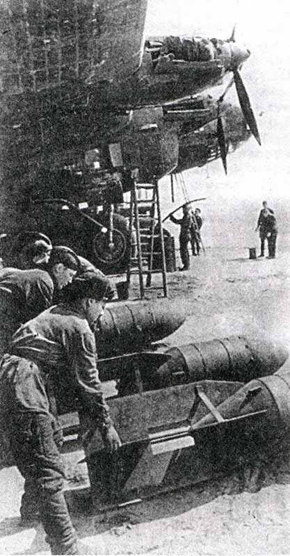Авиабомбы ФАБ-500 под крылом бомбардировщика ТБ-7