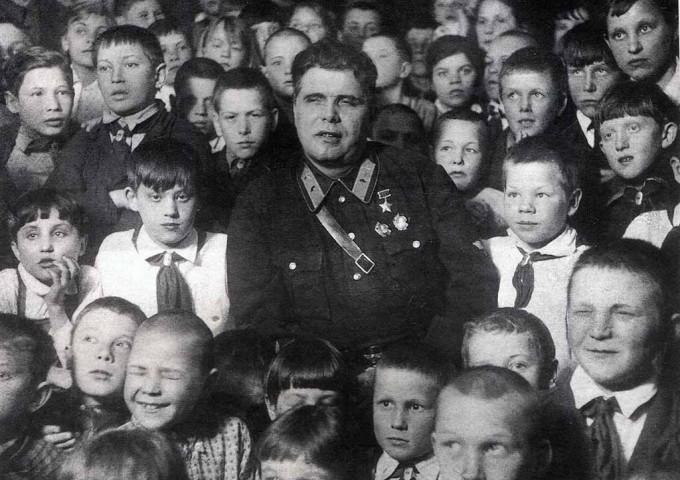 Герой Советского Союза М.В.Водопьянов с игарскими школьниками