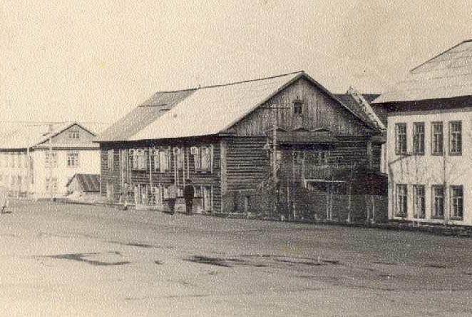 Базовая школа №2 и общежитие педучилища (в центре).