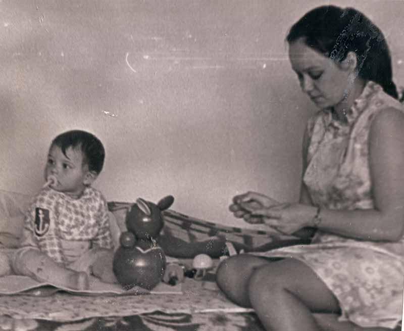 Людмила Багаева помогает мне водиться с моей дочерью, редкое фото, 1972 год.