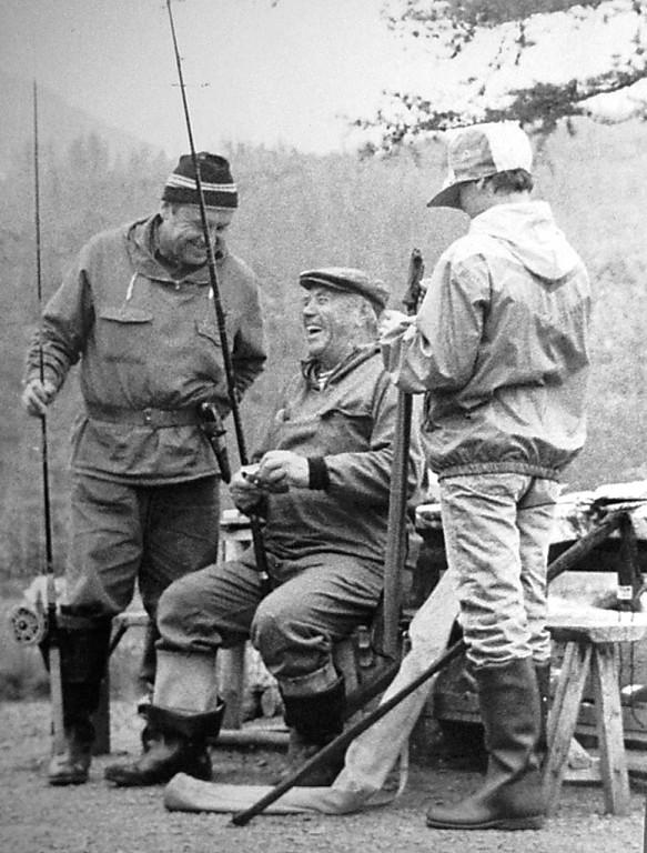 Виктор Астафьев на рыбалке.