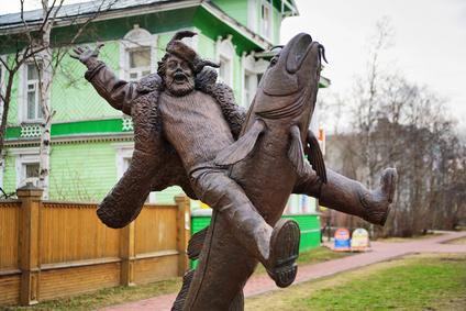 Скульптура «Налим Малиныч» в Архангельске.