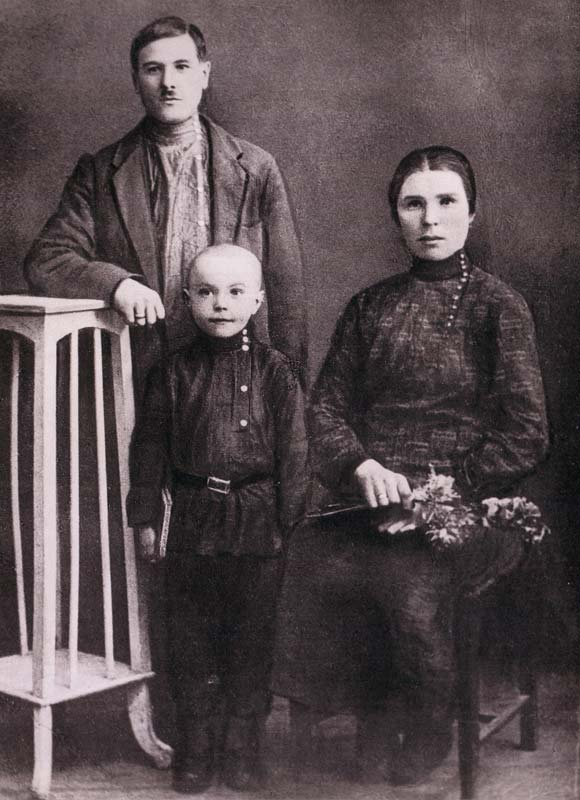 Виктор Астафьев с родителями, 1931 год
